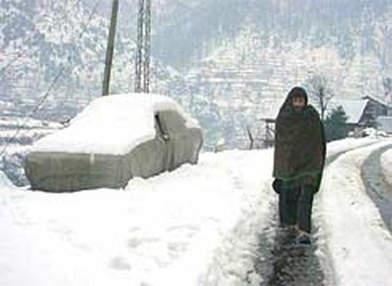 Sneeuw vernielt tentendorp in Pakistan