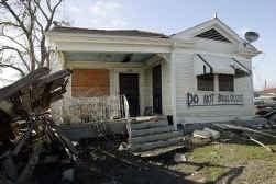 ,,Sloop mij niet'', heeft de eigenaar van een door Katrina verwoeste woonst op zijn huisgevel geschilderd.