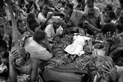 Vani Vamuliya, een meisje van 5, ligt opgebaard onder een tentzeil in het vluchtelingenkamp Tche in het Ituri-district. Met dit beeld over Congolees verdriet won fotograaf Sven Torfinn in Den Haag de Zilveren Camera 2005 en de 1ste prijs buitenlanddocumen