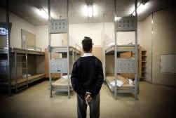 In de e-gevangenis in Lelystad slapen zes gevangenen in één cel, in stapelbedden. Links boven is het touchscreen bij het bed te zien.