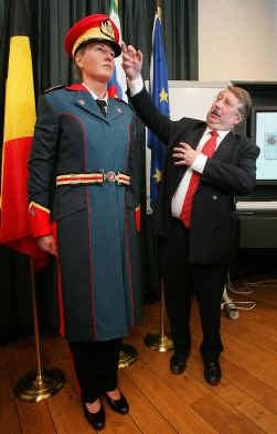 Minister van Defensie André Flahaut stelde vorige week zelf het speciale uniform van het paradecorps voor. De nieuwe outfit wordt niet door iedereen gesmaakt.