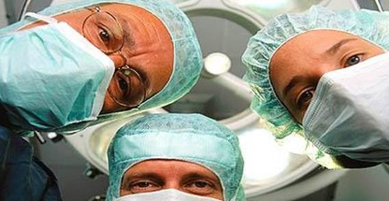 Verdoofde patiëntes betast op operatietafel