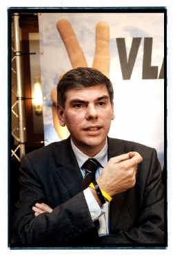 Filip Dewinter met 'Vlaanderen eerst'-armbandje.
