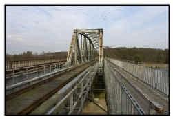 De oude brug in Genebos wordt afgebroken.