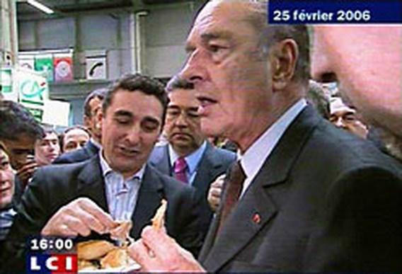 Chirac eet demonstratief kip uit vogelgriep-regio