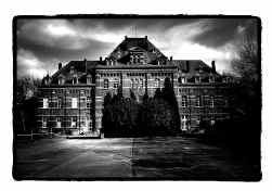 Het militaire karakter van de gebouwen blijft behouden. Katrijn Van Giel