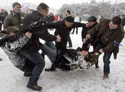 Democratie in Wit-Rusland: een meeting van oppositiekandidaat Milinkjevitsj krijgt bezoek van ,,onbekenden'' in de stad Brest.