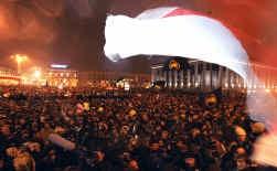 Ondanks bedreigingen van het Loekasjenko-regime kwamen zondagavond ruim tienduizend Wit-Russen bijeen op het Oktoberplein in de hoofdstad Minsk om te protesteren tegen de gefraudeerde verkiezing.