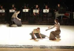 De drie dansers van de Akram Khan Company hebben elk een eigen lichaamstaal.