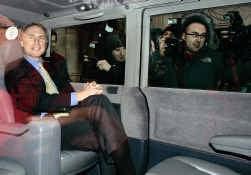 Dan Brown belaagd door de pers in Londen.