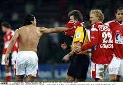 Sergio Conceição ging nog maar eens door het lint. De Portugees spuwde in het gezicht van Stijn Meert en kreeg van scheidsrechter Vervecken terecht rood. Conceição trok dan maar zijn shirt uit en duwde het in het gezicht van Vervecken.