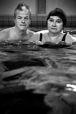 Vorig jaar kreeg Dan Daly (l.) geld van het Sinterklaasfonds. Hij helpt mensen met een handicap, als Chris Landrieu, door ze te leren zwemmen.