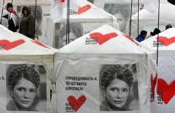 De ,,passionaria'' van de Oranje revolutie, Julia Timosjenko, bekend van haar vlecht, koos een eenvoudig embleem voor haar partij: een rood hartje.