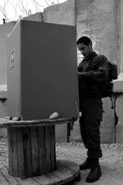 Een mobiel stemhokje in Kerem Shalom, nabij de grens met Egypte. De Israëlische militairen brachten gisteren al hun stem uit.