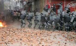 De Nepalese politie, in vol gevechtsornaat, chargeert. Maar de hardnekkigheid van het straatprotest neemt met de dag toe.