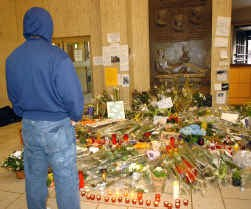 Bloemen ter nagedachtenis van de moord op Joe.