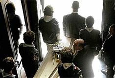 Scoutsvrienden dragen de kist van Joe Van Holsbeeck naar buiten na de uitvaartdienst.