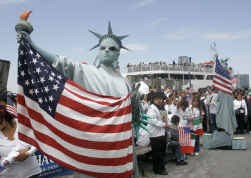 Verkleed als Vrijheidsbeeld betoogt een man in New York voor het opnemen van amnestie voor illegalen in de nieuwe Amerikaanse immigratiewet.