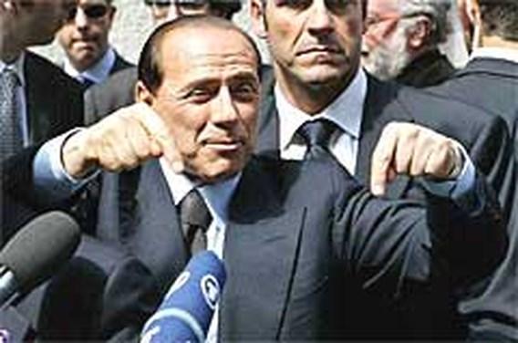 Berlusconi trapt weer tegen schenen