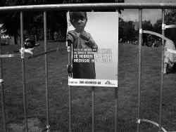 Een affiche van Artsen Zonder Grenzen met een ondervoed kind. Symbool van de campagne is de ondervoedingsmeter, een armbandje dat de omtrek van de bovenarm meet om de ernst van de ondervoeding te kunnen vaststellen.