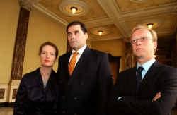 Manuel Scheldeman, hier met zijn vrouw en raadsman Jan Leysen (r.), reageerde opgelucht. ,,De overval heeft mijn leven en dat van mijn vrouw grondig veranderd.''