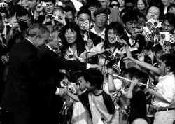 President Bush (links) en premier Koizumi begroeten kinderen in de tuin van het Witte Huis.