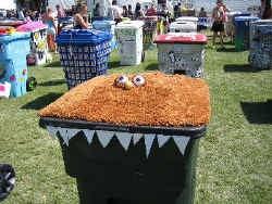 Kunstzinnige vuilnisbakken op het Californische festival Coachella