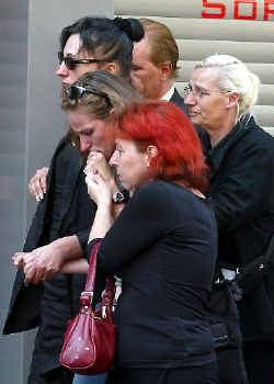 Catherine Granziero (links), de moeder van Stacy Lemmens, arriveert bij het funerarium waar het lichaam van haar vermoorde dochtertje ligt. Anders dan ten tijde van de affaire-Dutroux moeten ouders niet meer via de media vernemen dat hun kinderen dood zij
