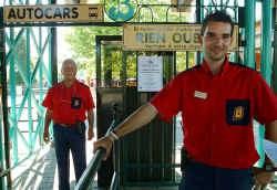 Roland Verkammen en Steven Schellens bemannen de hele zomer lang de ingang van Bobbejaanland.