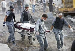 In het Libanese dorpje Dweir wordt een dodelijk slachtoffer van de Israëlische luchtbombardementen afgevoerd.