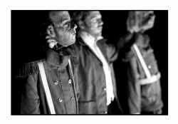 Twee acteurs en een legioen poppen bevolken ,,Beau Geste''.