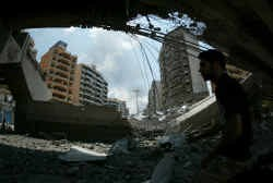 De Ghobeiry-brug naar het vliegveld van Beiroet werd toch vol getroffen. Het stalen middenstuk werd weggeslagen.