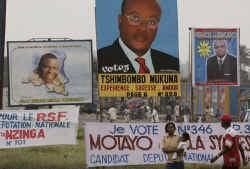 Kinshasa hangt vol met grote foto's van de presidentskandidaten, maar vooral met spandoeken van de duizenden kandidaten voor een parlementszetel.