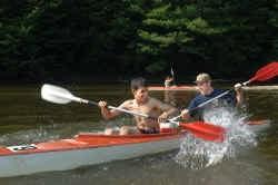 Zakaria Chihi deelt een kayak met hoofdinspecteur Jürgen Munstens.