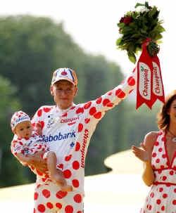 Rasmussen had zich goed voorbereid op een triomf in Parijs: voor de kleine spruit hing al een gepaste outfit klaar.