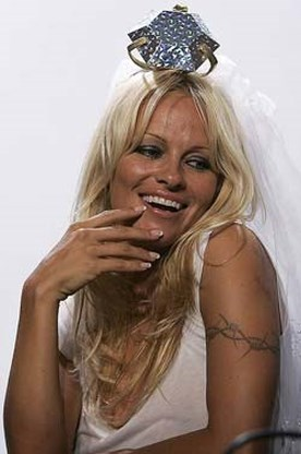 Pamela Anderson wil trouwen met maker sekstape Paris Hilton
