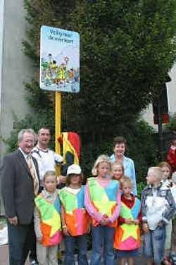 Suske en Wiske wijzen de chauffeurs op de Zeebruggelaan op de oversteekplaats voor schoolgaande kinderen.