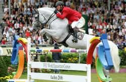 Jos Lansink stuurt zijn paard Cavalor Cumano naar het goud. Ook op de paarden van zijn concurrenten reed de genaturaliseerde Belg foutloos.