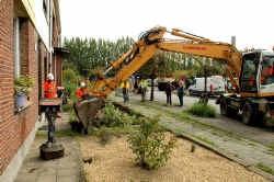Het afgraven van de aarde in de zevenhonderd tuinen wordt een monnikenwerk.