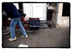 De slechte staat van de fietspaden, hier op het Sint-Jansplein, is voor de postbode en bij uitbereiding voor alle Antwerpenaren een blijvende ergernis.