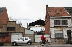 Langs weerszijden van de winkel werden de andere huizen al afgebroken.
