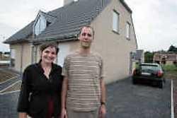 Peter Van de Velde en Fanny De Pcker konden goedkoop grond kopen van de gemeente Moerbeke. In hun nieuwe huis wordt straks hun eerste kindje geboren.
