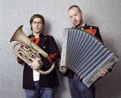 Felix Buxton en Simon Ratcliffe houden van harmonie, maar ook van vreemde geluiden: ,,Het klassiek orkest als intro voor onze nieuwe plaat: dat is binnenkomen met een knal.''