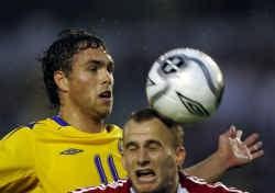 Johan Elmander (Zweden) wint een duel van Sando Maierhofer. De Zweden raakten niet zonder moeite voorbij Liechtenstein. ap