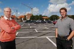 Oppositieleden Frans Duyck en Bram Degrieck zien op het Koningsplein mogelijkheden voor parkings en garages.
