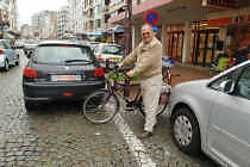 Bernard Staelens laveert door de Zeelaan, een hindernissenbaan voor zwakke weggebruikers.