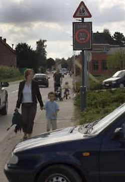 De gemeentlijke basisschool ligt aan de Kerkomsesteenweg die tijdens de spitsuren erg duk verkeer heeft.