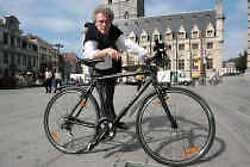 Marc Van Hecke - uiteraard mét fiets - op het Sint-Baafsplein: ,,Gent is niet groot en dus perfect beheersbaar met de fiets.''
