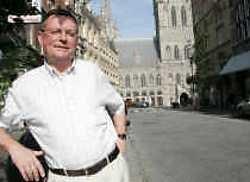 Burgemeester Luc Dehaene in de Rijselstraat. (CD&V)