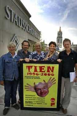Jan Bral, Steven Verschoore, Piet Breda, Annemie Wauman en Dirk Van Driessche vieren dat de stadsschouwburg tien jaar geleden gerenoveerd werd.